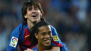 Messi celebra su primer gol en competición oficial con el Barça junto a Ronaldinho, el 1 de mayo de 2005.
