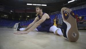 Víctor Claver durante la sesión de estiramientos en el entrenamiento de este jueves