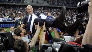 Zidane fue manteado por su jugadores
