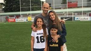 Mariano Pernía, junto a su familia