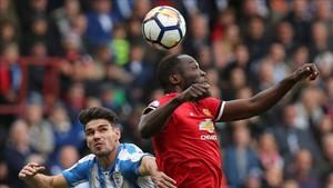 Lukaku y Schindler pelean por un balón en Huddersfield