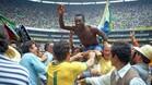 Pelé, sin camiseta y paseado a hombros por sus compañeros