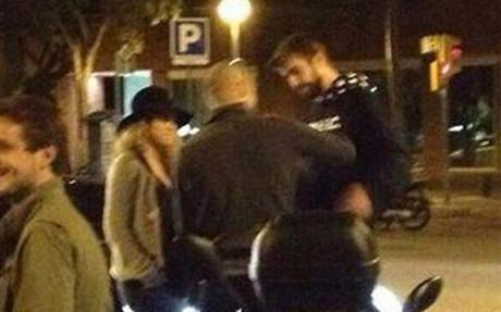 Piqu� y Shakira, charlando en la calle con Pep Guardiola