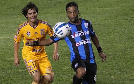 Ronaldinho fall� un penalti en su debut en M�xico