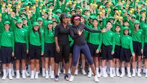 Serena y Venus Williams posaron con los recogepelotas antes de iniciarse el torneo ¿premonición?