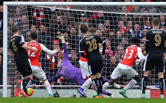 El Arsenal gana en el descuento al Leicester y el Tottenham hunde al City