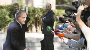 Pau Molins, abogado de Sandro Rosell, atiende a los medios de comunicación a la entrada de la Audiencia Nacional