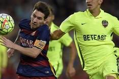 Feddal, defendiendo a Messi en el partido de la primera vuelta