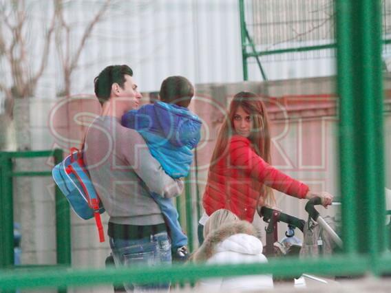 Messi y Antonella y Luis Su�rez y Sof�a, con los ni�os a la salida del colegio