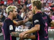 Messi felicita a Rakitic ante la presencia de Alba