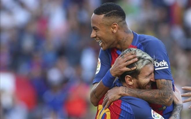 Neymar se abraza a Messi