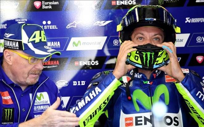 Valentino Rossi, con su jefe de mec�nicos Galbusera