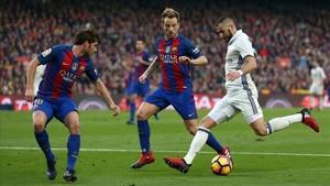 Sergi y Roberto y Rakitic defienden a Benzema en el último clásico de Liga