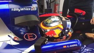 Sainz en su Toro Rosso con la etiqueta #billywhizz