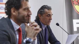 El seleccionador Sergio Scariolo (derecha) da la lista de convocados en presencia del presidente de la FEB, Jorge Garbajosa
