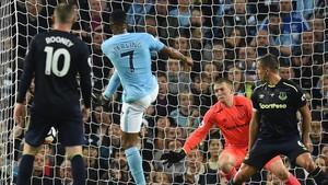 Sterling ha salvado un punto para el City ante el Everton con esta volea a bocajarro