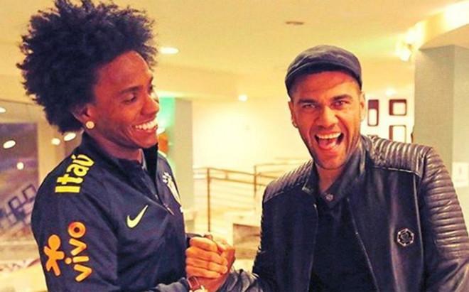 Alves evita confirmar su marcha del Barça en su llegada a Brasil