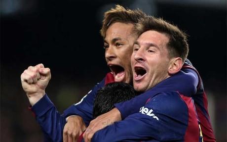 Neymar y Messi celebran uno de los goles del triunfo del Bar�a sobre el Atl�tico en la Liga 2014-15 (3-1)