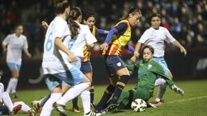 Olga García, autora de dos goles, driblando a la portera gallega