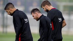 Luis Suárez sale al campo de entrenamiento con Messi y Piqué