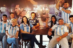 """Los miembros de la pe�a \""""El mejor de todos los tiempos\"""" se reunieron para ver el Argentina-Bolivia"""