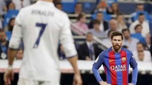 Messi y Cristiano Ronaldo luchando por la Liga