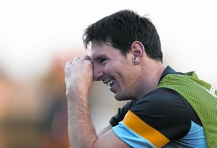 Leo Messi sonríe durante un entrenamiento