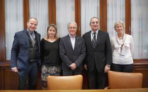 El Hospital Vall dHebron y el la Agrupació Barça Jugadors, con su presidente Ramon Alfonseda al frente, han firmado un convenio de colaboración