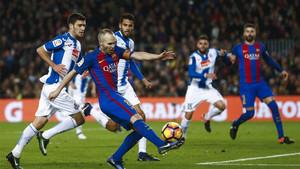 Iniesta, durante el derbi de la primera vuelta en el Camp Nou (4-1)