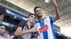 Diego Reyes, posando con los aficionados en su presentación como nuevo jugador del Espanyol