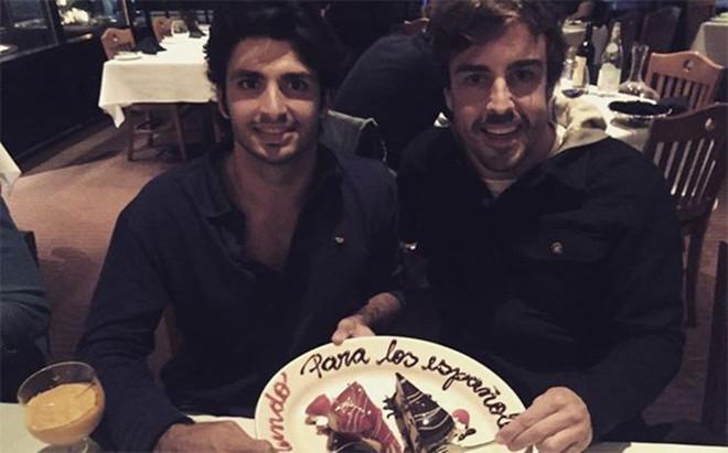 Fernando Alonso y Carlos Sainz de cena despu�s de la carrera
