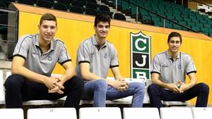 Los tres jóvenes en el Olímpic de Badalona con el escudo del club
