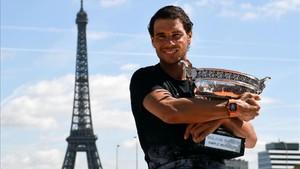 Nadal posa en París con su décimo trofeo de Roland Garros