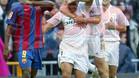 Eto\'o observa la celebración de los jugadores del Madrid en la victoria del Madrid 4-2 en la temporada 2004/05
