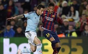 Neymar pugna con el céltico Hugo Mallo