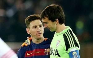 Messi le demostró a Barovero que es una gran persona