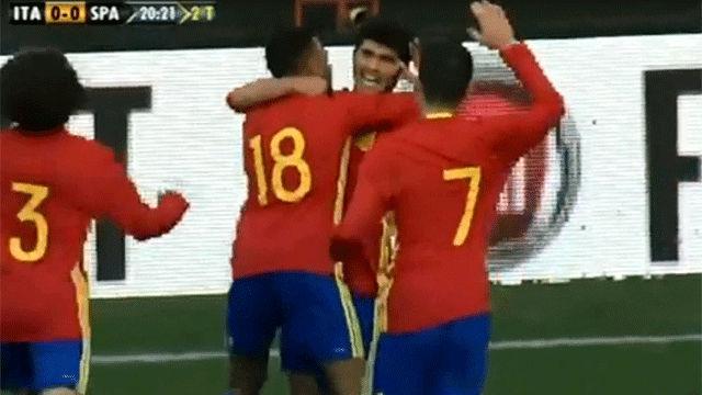 Aleñá celebra el gol junto a sus compañeros