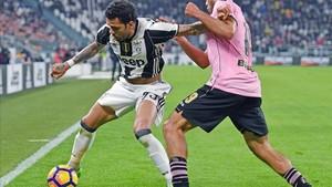 Dani Alves, en una acción del partido de este viernes ante el Palermo