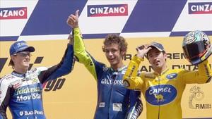 Valentino Rossi, en el podio de Mugello 2004, con Sete y Biaggi