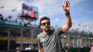 Fernando Alonso, saludando a los aficionados el pasado domingo en Melbourne