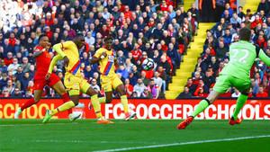 Benteke le marcó dos goles a su ex equipo en Anfield