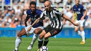 Dembélé lucha por un balón con Shelvey antes de la expulsión del jugador del Newcastle