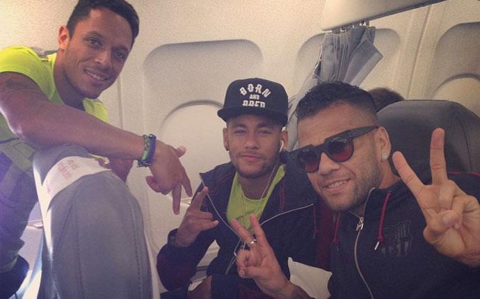 �C�mo se entretienen Adriano, Alves y Neymar en el avi�n a Par�s?