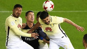 Cristiano Ronaldo, en una acción aérea con la defensa del Club América