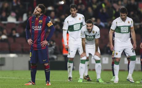 Leo Messi se dispone a lanzar un penalti en el Camp Nou contra el Elche