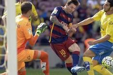 Leo Messi, entre el portero Javi Varas y el defensa Pedro Bigas durante una acci�n del partido Bar�a-Las Palmas