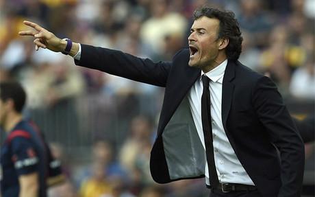 Luis Enrique da isntrucciones a sus jugadores durante el Bar�a-Valencia de la Liga BBVA 2014-15