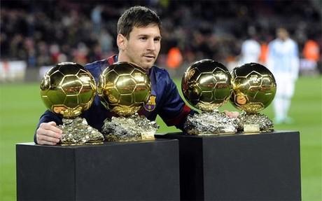 Messi, posando con sus Balones de Oro