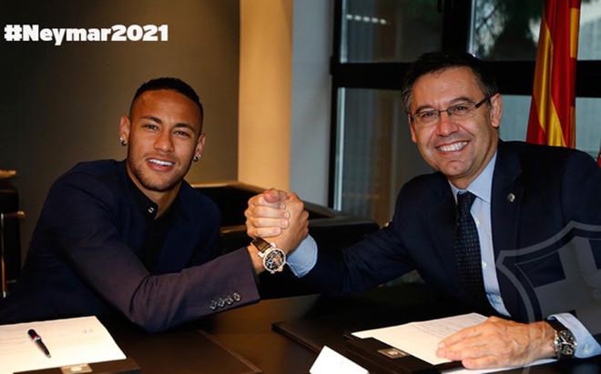El presidente del FC Barcelona, Josep Maria Bartomeu, ha estado en el acto protocolario de la firma de Neymar