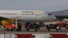 Un avión de la compañía Vueling en el aeropuerto de El Prat de Barcelona